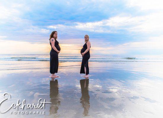 Zwangerschapsshoot op het strand bij zonsondergang