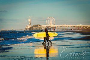 Surfers op het strand van Scheveningen
